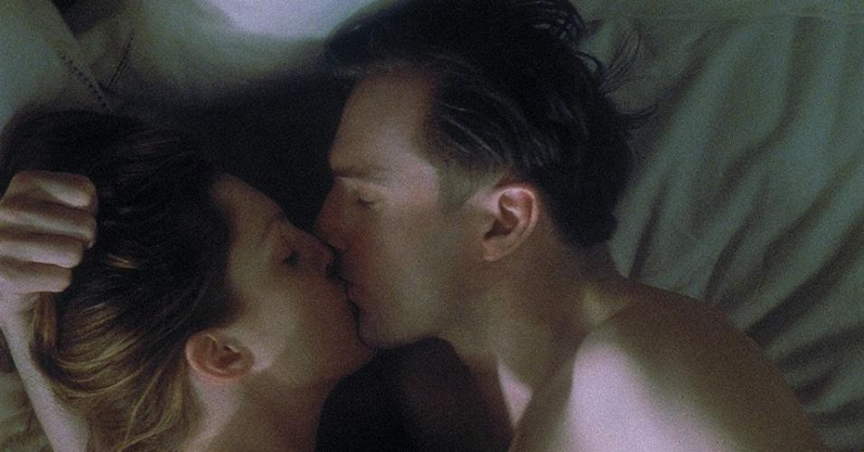 """Ralph Fiennes e Julianne Moore em cena no filme """"Fim de Caso"""" (1999)"""
