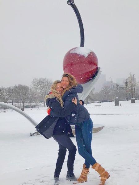 Gisele tenta se manter aquecida ao lado da irmã gêmea, Patrícia, em Minneapolis, cidade dos EUA onde deve acontecer o próximo Super Bowl - Reprodução Instagram