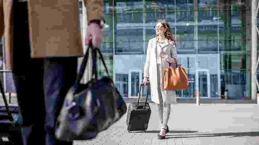 Das cores de um terminal à fila do controle de segurança, aeroportos são projetados para manter os viajantes calmos, silenciosos e dispostos a fazer compras - Getty Images/iStockphoto