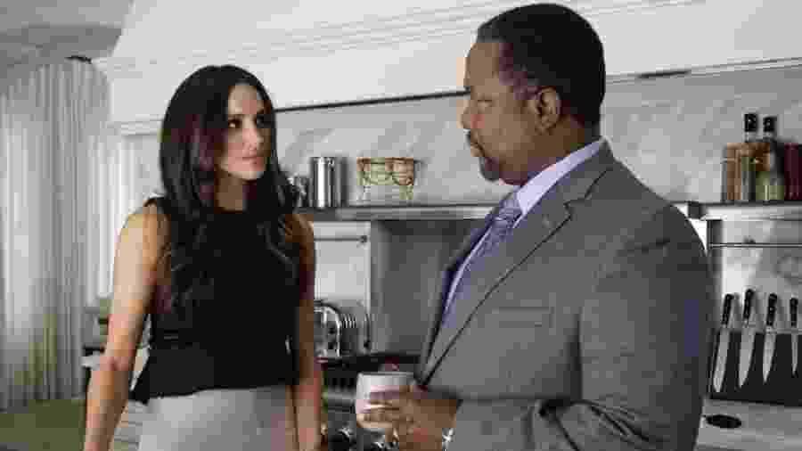 """Meghan Markle e Wendell Pierce em cena de """"Suits"""" - Reprodução"""