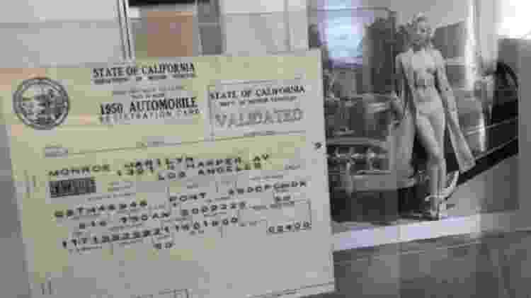 Registro de veículo no nome de Marilyn Monroe também está em exposição no museu Paley Center for Media  - Reprodução/BBC - Reprodução/BBC