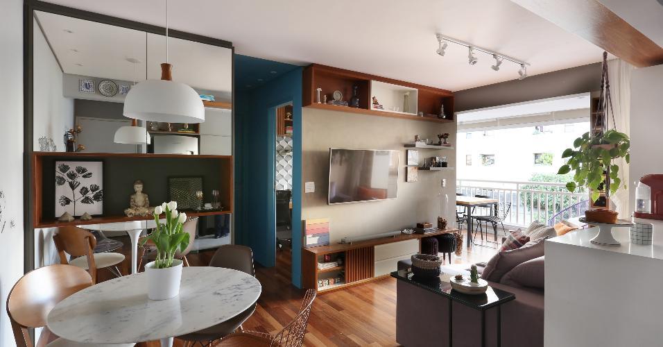 A combinação cinza com azul transmite frescor e ainda confere jovialidade ao ambiente. Além disso, de acordo com o Feng Shui, é uma cor relacionada com o equilíbrio, por resultar da mistura do preto com o branco, ou seja, cores opostas. Já a madeira e as plantas trazem a energia da natureza para dentro do lar. Projeto Natália Salla Arquitetura e Interiores
