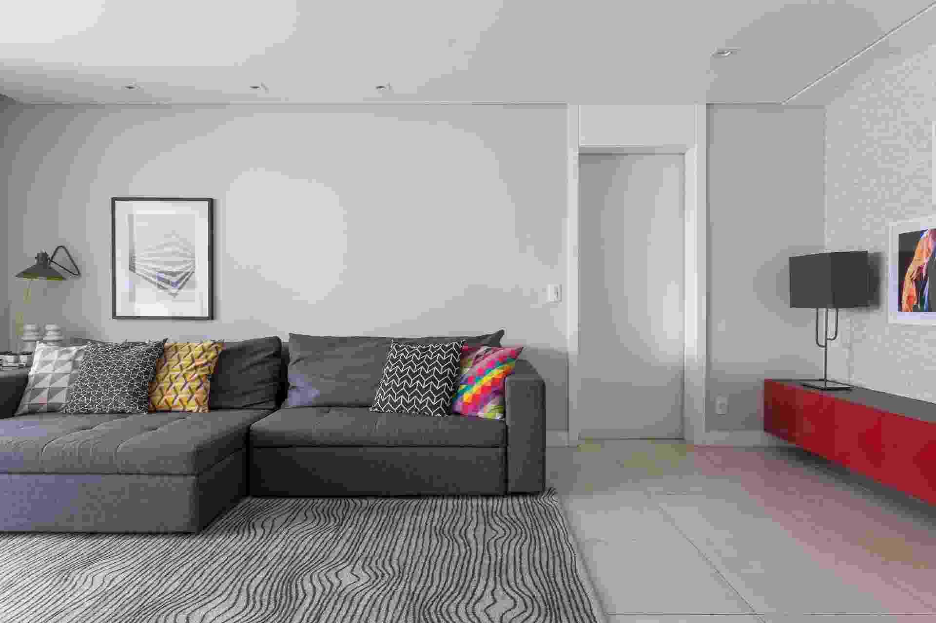 A cor, resultado da combinação preto com branco, é a mais nova aposta de arquitetos e designers de interiores para a decoração. Neutro, permite ser combinado com outros elementos coloridos, mas tem a vantagem de agregar personalidade ao ambiente e não evidenciar marcas na parede com facilidade. Projeto: Anna Parisi Arquitetura + Design - Alessandro Guimarães/ Divulgação
