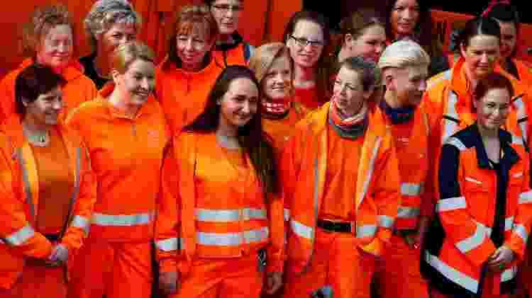 Ministra alemã (2ª da esquerda à frente) Franziska Giffey participa de ação com garis mulheres - Reuters - Reuters