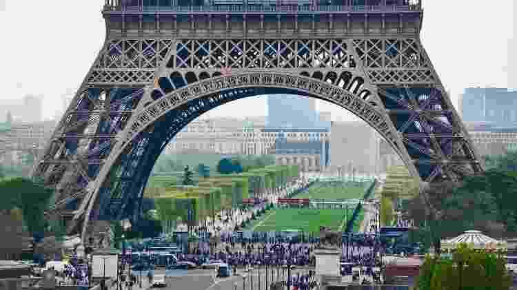 Vista para o primeiro andar para a Torre Eiffel, em Paris, na França - iStock - iStock