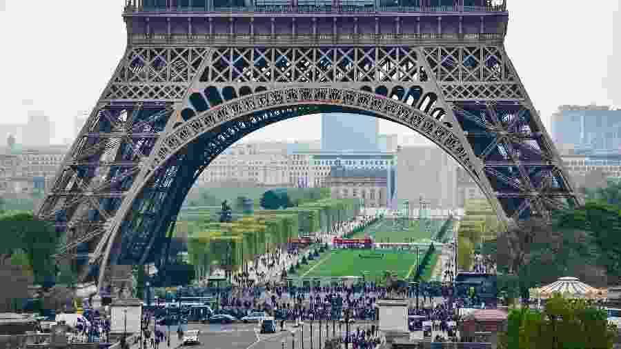 Vista para o primeiro andar para a Torre Eiffel, em Paris, na França - iStock