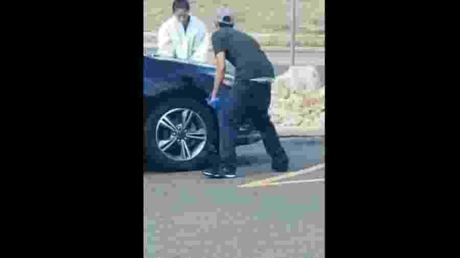 Jovens pintam Ford Focus com spray em estacionamento nos EUA; carro era roubado - Reprodução