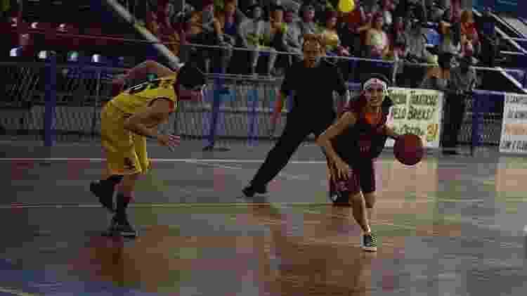 Gabriela joga basquete com homens em Bom Sucesso - Divulgação/TV Globo