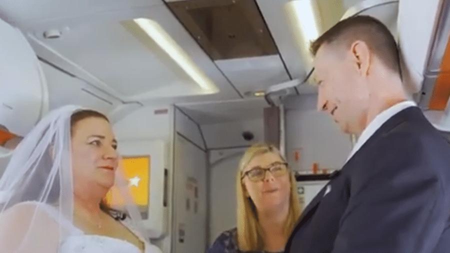 Casal realiza casamento em avião - Reprodução/YouTube