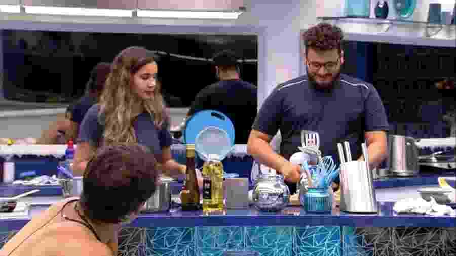 Gizelly e Victor Hugo conversam com brothers na cozinha - Reprodução/Globoplay