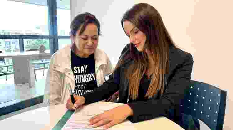 Carol Dias assina contrato com a Editora Gente para lançamento de livro sobre finanças -