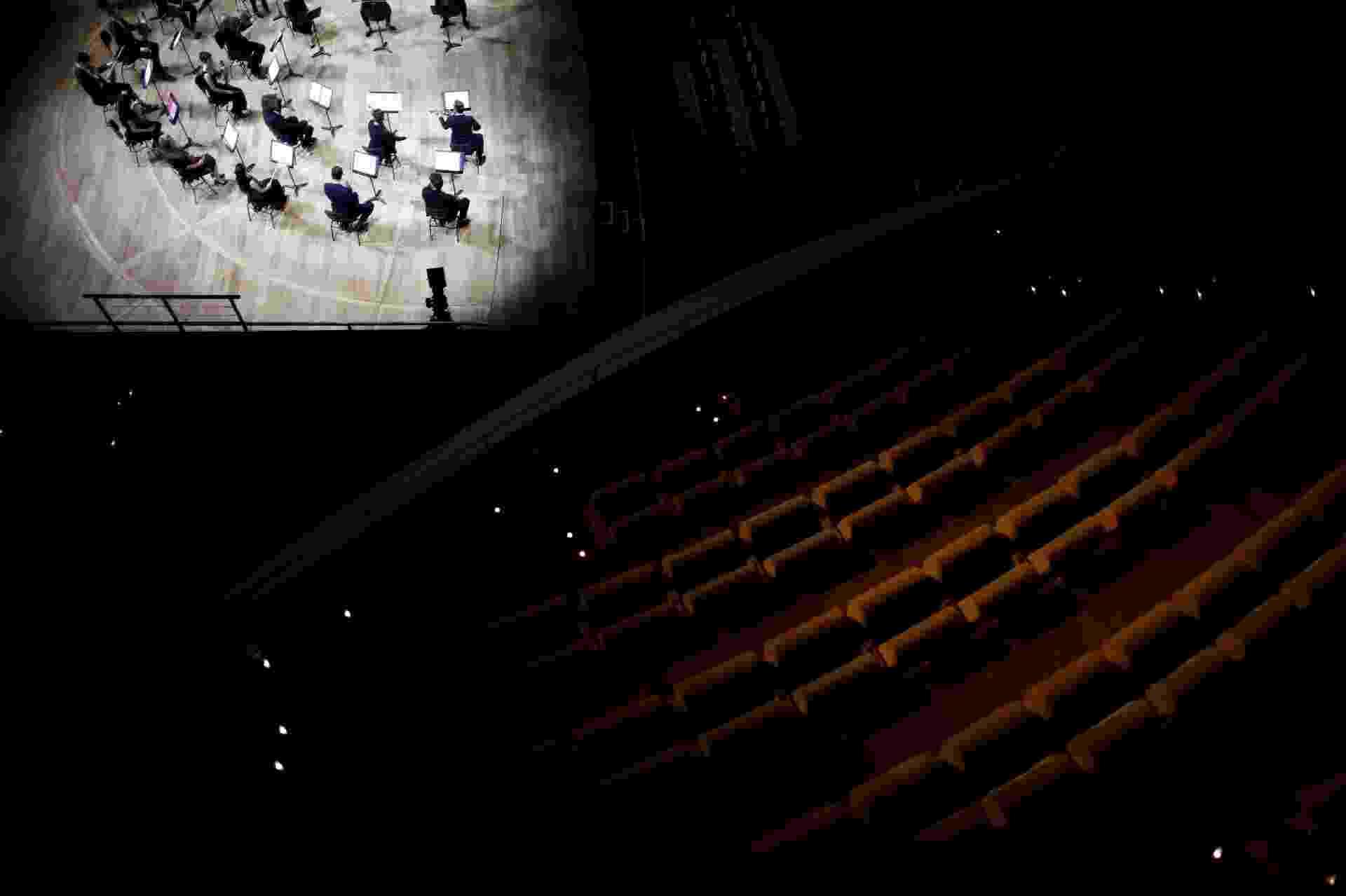 """Violinista Renaud Capuçon e sua orquestra de cordas de 23 pessoas executam a peça """"Metamorphosen"""", do compositor alemão Richard Strauss, em sala vazia em Paris - BENOIT TESSIER/Reuters"""