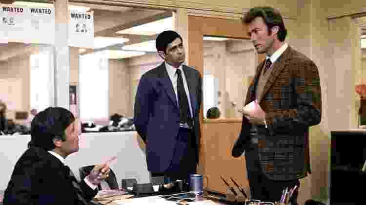 Reni Santoni (no centro) com Clint Eastwood (à dir.) em cena de 'Perseguidor Implacável' (1971) - FilmPublicityArchive/United Archives - FilmPublicityArchive/United Archives