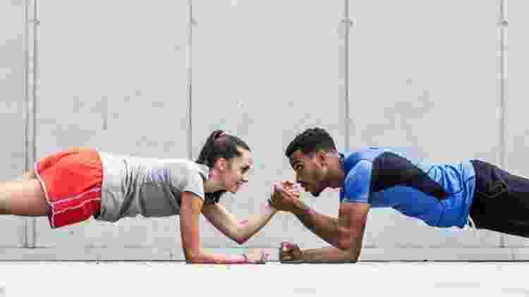 dupla, exercícios físicos, prancha - Getty Images - Getty Images