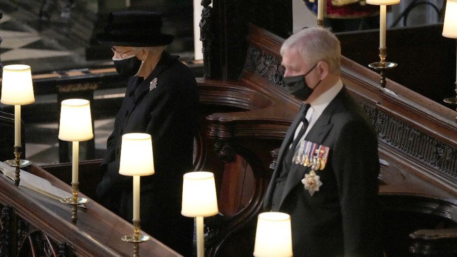 A rainha Elizabeth 2ª  no funeral do marido, príncipe Philip, ao lado de um dos filhos, Andrew - Yui Mok - WPA Pool/Getty Images