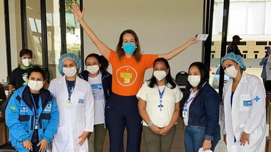 Maria Beltrão posou com profissionais da saúde - Reprodução/Instagram @beltraomaria