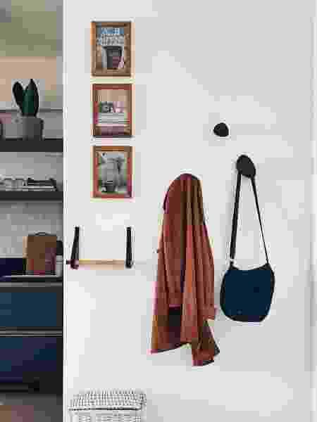 Hall do apê conta com suporte para bolsas e quadros decorativos - Arquivo Pessoal - Arquivo Pessoal