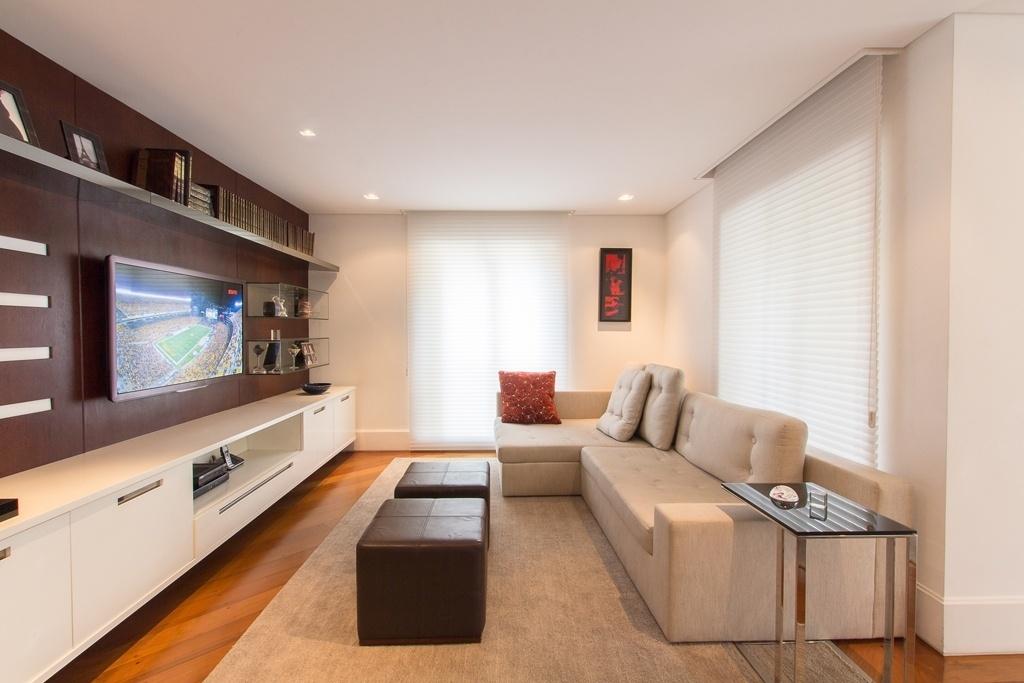 Com 16 m², este home theater foi planejado pela arquiteta Raquel Kabbani para propiciar confortáveis sessões de cinema aos moradores. De um lado, o painel de madeira sustenta a TV 50