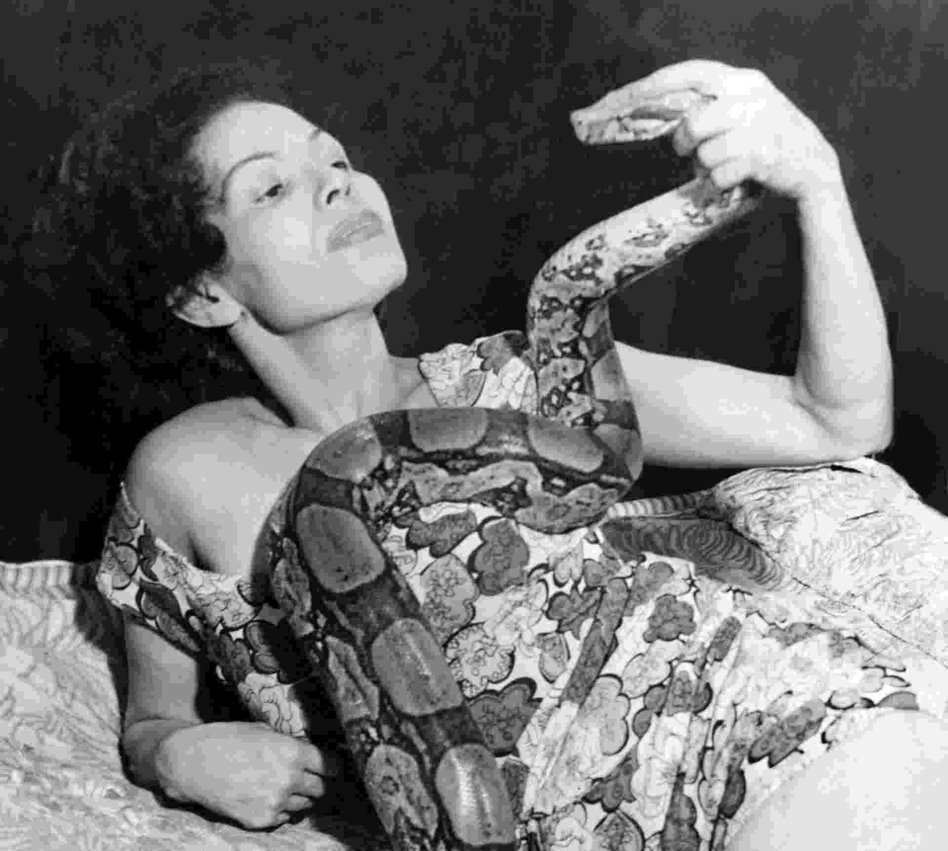 """A faquiresa Suzy King em imagem do livro """"Cravo na Carne: Fama e Fome - O Faquirismo Feminino no Brasil"""", de Alberto de Oliveira e Alberto Camarero - Reprodução"""