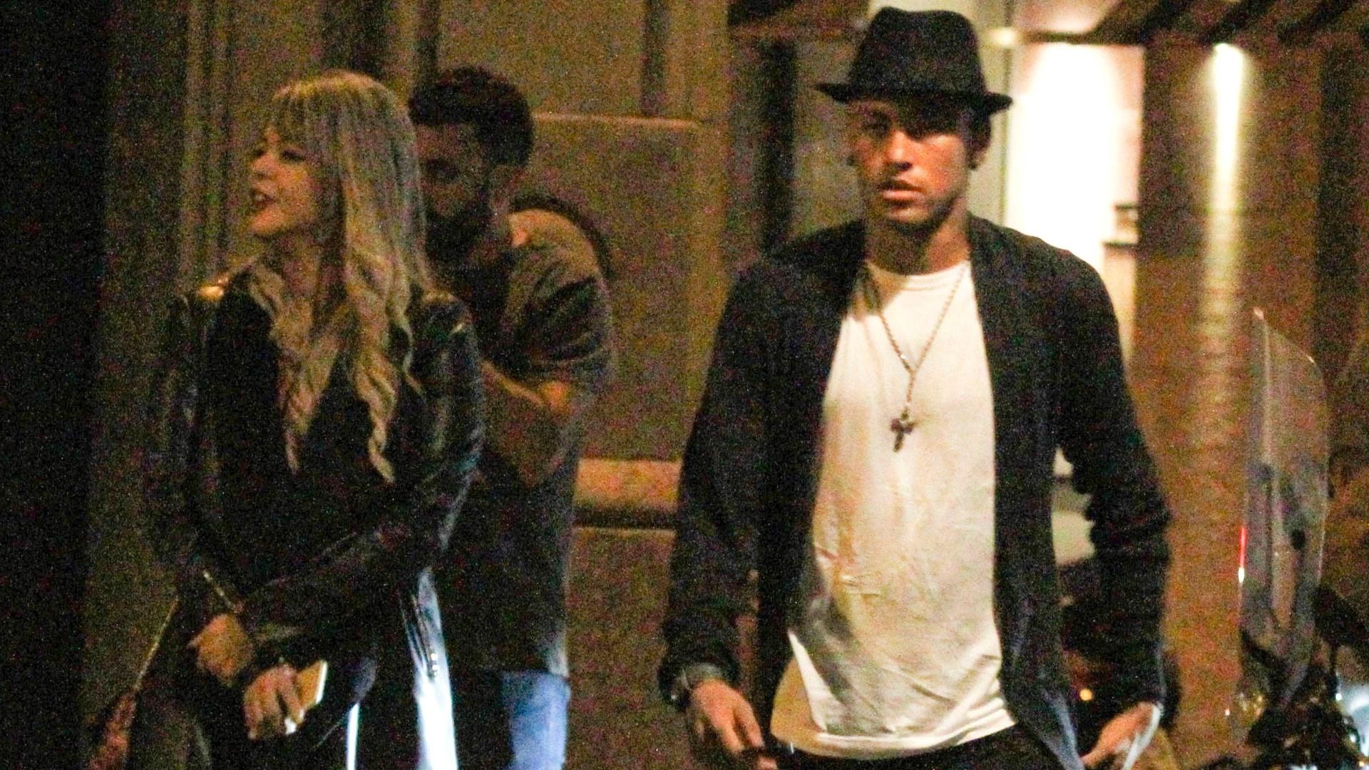 21.set.2015 - Neymar é fotografado ao lado de loira ao deixar restaurante em Barcelona (Espanha), na madrugada de segunda-feira. Segundo a agência Grosby Group, o jogador de futebol jantou com a mulher e com um grupo de amigos após uma partida do Barcelona contra o Levante
