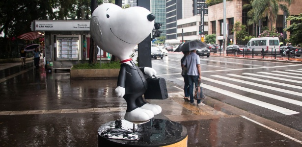11.jan.2016 - Estátua do personagem Snoopy sem orelha, em frente ao Parque Trianon, na avenida Paulista - Marcelo S. Camargo/FramePhoto