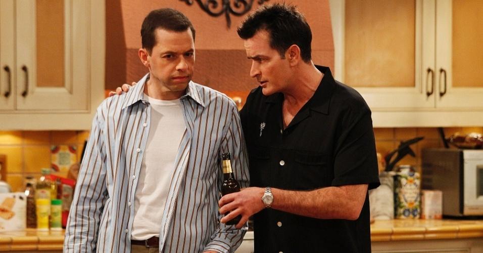 Jon Cryer e Charlie Sheen em cena de