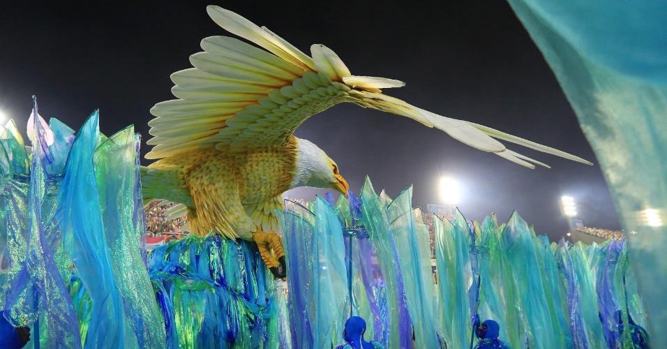 9.fev.2016 - Primeiro carro da Portela a entrar na avenida trouxe a águia, ave símbolo da escola que se movimentou e posou no Monte Sinai.
