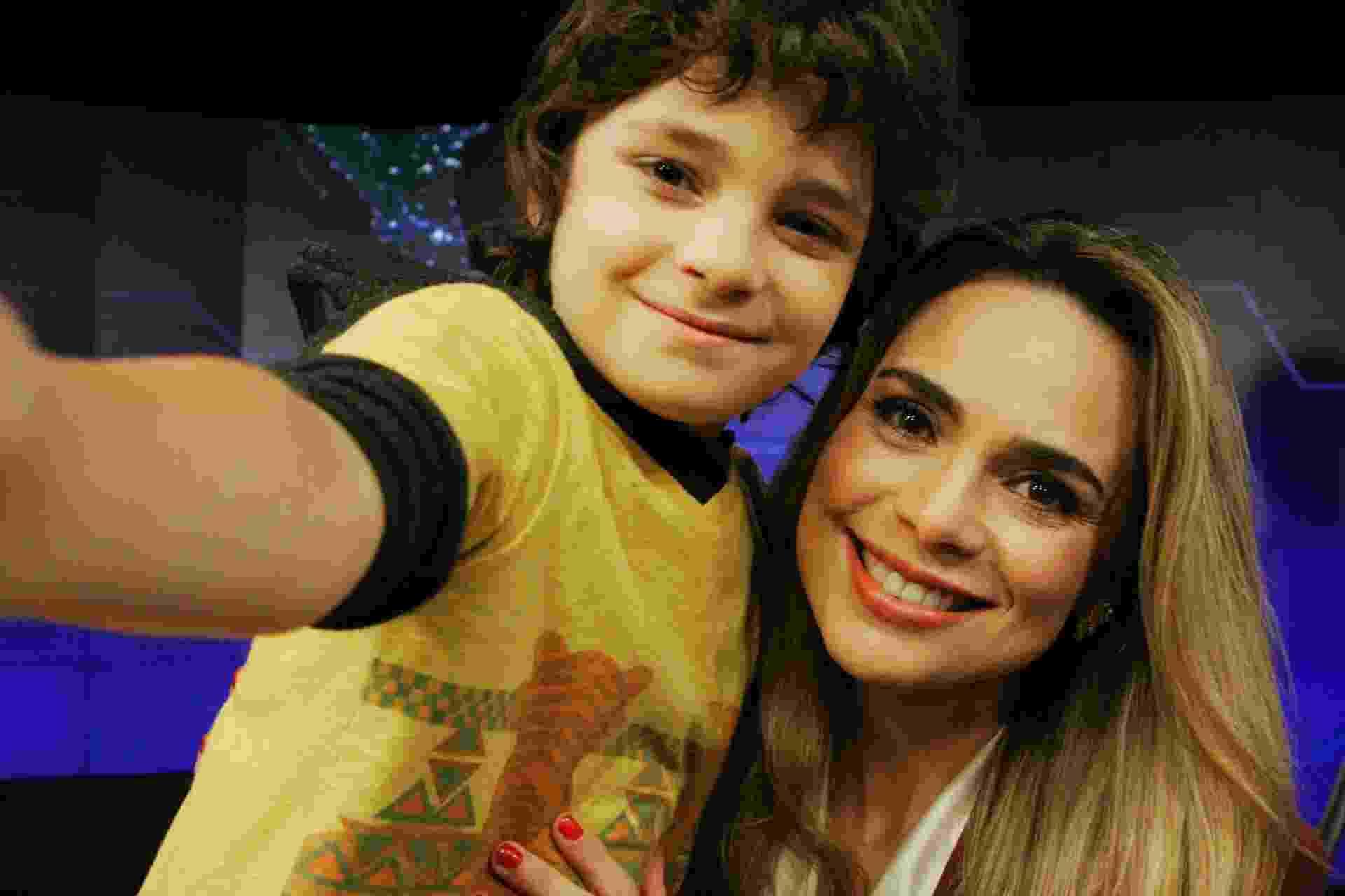 Felipe (Kevin Vechiatto) tira selfie com Rachel Sheherazade - Divulgação/SBT