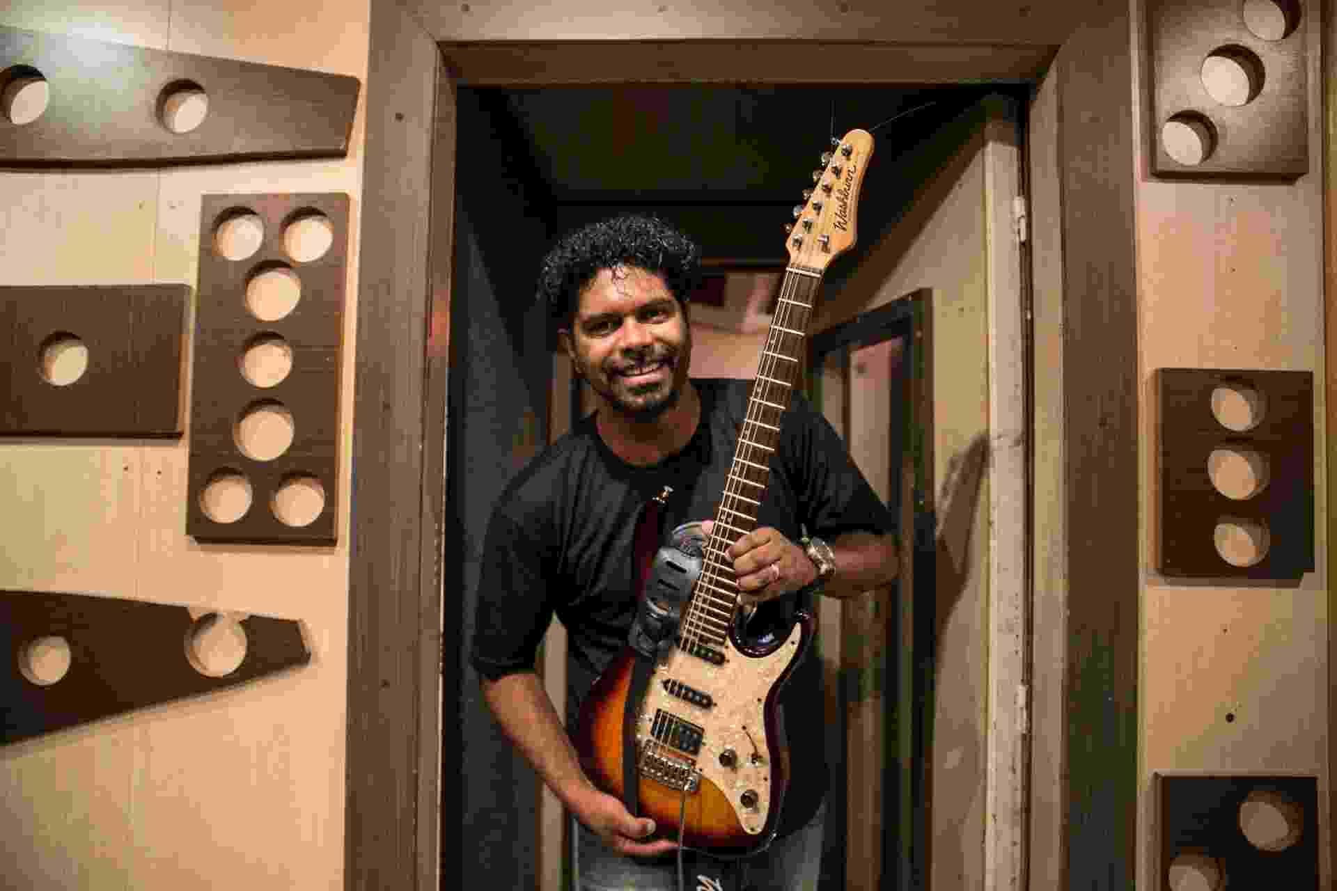 O pastor e cantor gospel Wesley Ros mostra seu estúdio particular em Osasco - Lucas Lima/UOL