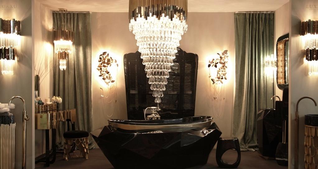 A Maison Valentina (www.maisonvalentina.net) apresentou durante o Salão do Móvel de Milão, na Itália, a banheira Diamond. Multifacetada e com acabamento em verniz ultrabrilho, a peça tem o topo decorado com uma folha de prata. O revestimento em prata com brilho dourado também foi empregado na penteadeira (à esq.) e no banco que compõem o luxuoso banheiro, que ainda conta com um lustre de cristal em camadas