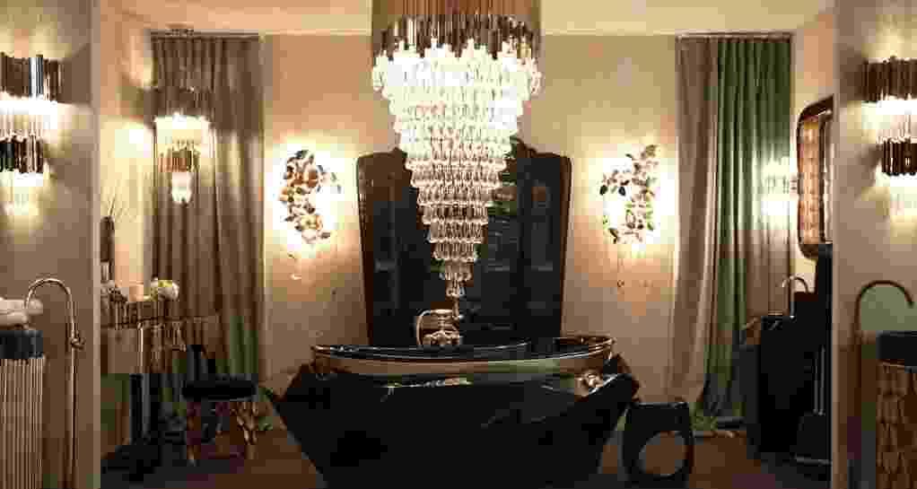 A Maison Valentina (www.maisonvalentina.net) apresentou durante o Salão do Móvel de Milão, na Itália, a banheira Diamond. Multifacetada e com acabamento em verniz ultrabrilho, a peça tem o topo decorado com uma folha de prata. O revestimento em prata com brilho dourado também foi empregado na penteadeira (à esq.) e no banco que compõem o luxuoso banheiro, que ainda conta com um lustre de cristal em camadas - Divulgação