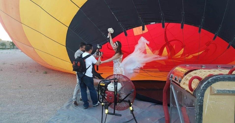 """Laura Keller e Jorge Sousa sobem em balão, em Las Vegas, para celebrarem casamento. Casal foi o campeão da primeira edição do """"Power Couple Brasil"""", exibido neste ano pela Record"""