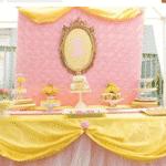 Essa decoração foi pensada para o dia. Por isso, saiu de cena o tom vermelho para dar lugar ao rosa e amarelo, cor do vestido de baile de Bela - Reprodução/Pinterest