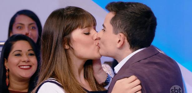 """Após """"fora"""" de Maisa Silva, Dudu Camargo beija menina no programa de Silvio Santos"""
