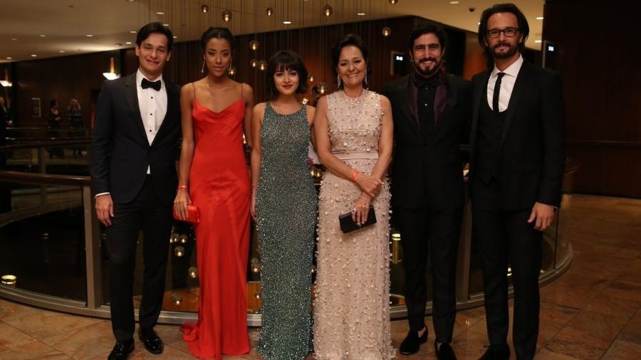 """Elenco de """"Velho Chico"""", indicada a melhor telenovela, posa no Emmy Internacional 2017 - Reprodução/Twitter/redeglobo"""