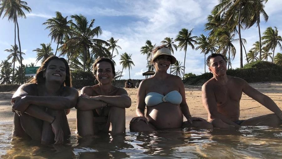 Cynthia e Ivete Sangalo entre dois amigos na praia - Reprodução/Instagram