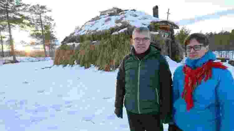 Anna e Ingar Kuoljok, do lado de fora de uma cabana sami usada como igreja - Divulgação/BBC - Divulgação/BBC