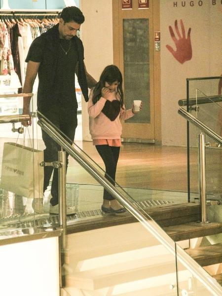 Em clique raro, Cauã Reymond passeia com filha no shopping no Rio - Imagem/AgNews