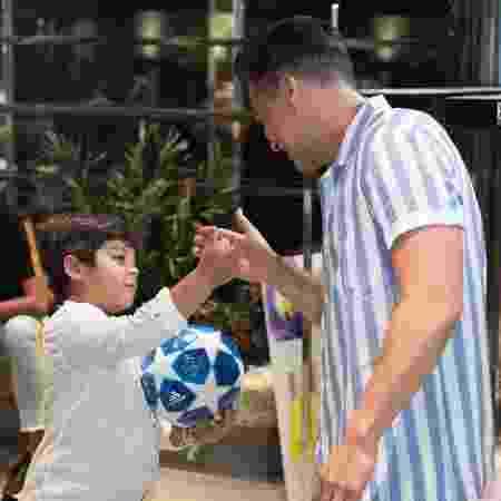 Wesley Safadão brinca com o filho Yhudy pouco antes de cantar à bordo do cruzeiro WS On Board - Flávio Moraes/UOL - Flávio Moraes/UOL