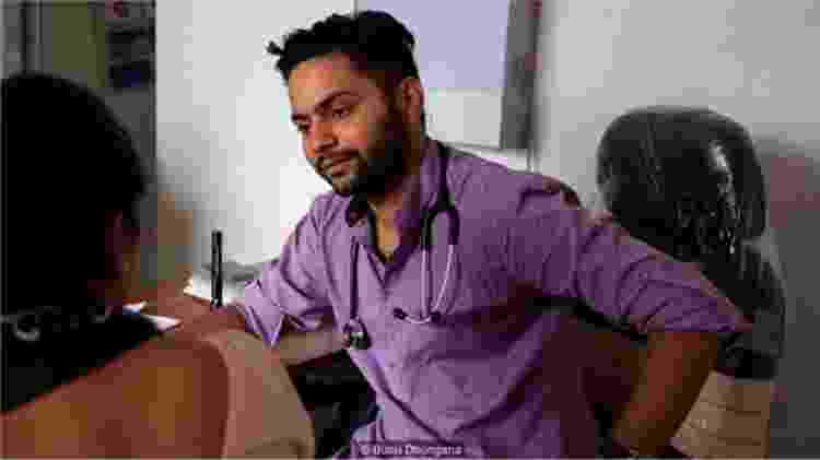 O médico Prabhat Rijal atende um paciente no ambulatório; ele regularmente identifica casos de violência doméstica e os encaminha para o centro de crise - BUNU DHUNGANA - BUNU DHUNGANA