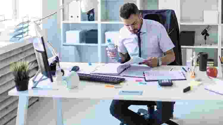 Beber água no escritório - iStock - iStock