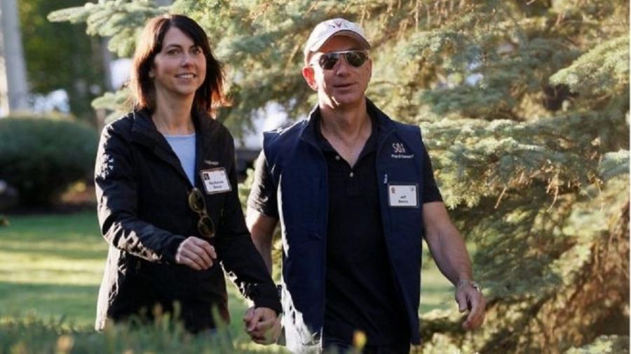 MacKenzie Bezos caminha ao lado do ex-marido e fundador da Amazon, Jeff Bezos - Reuters