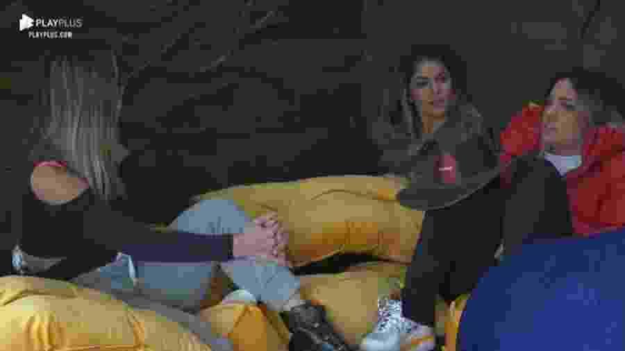 Hari Almeida conversa com peoas na casa da árvore - Reprodução/Playplus