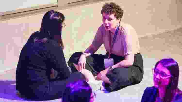 """Sessão de terapia """"express"""" fez com que muitas alunas caíssem no choro e encheu auditório de fungadas de nariz - Ariane Thrall"""
