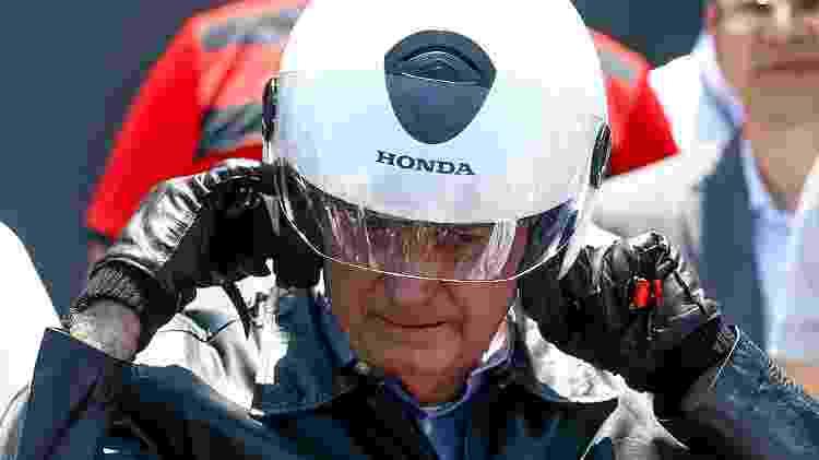 Bolsonaro afivela capacete com viseira antes de começar seu passeio nas vias da capital federal - Pedro Ladeira/Folhapress