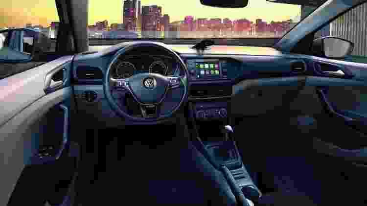 Na foto, a cabine do T-Cross 200 TSI automático; versão Sense perde suporte para celular, apoio de braço e outros itens - Divulgação