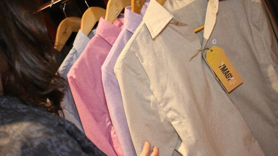 A camisa social sustentável é feita com tecido reciclável e botões ecológicos produzidos a partir do café, papel ou madeira - Divulgação