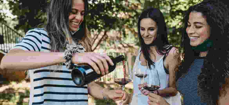 Degustações ao ar livre, online ou passeios com garantia de distanciamento social têm sido as soluções para vinícolas no pós-pandemia - Getty Images