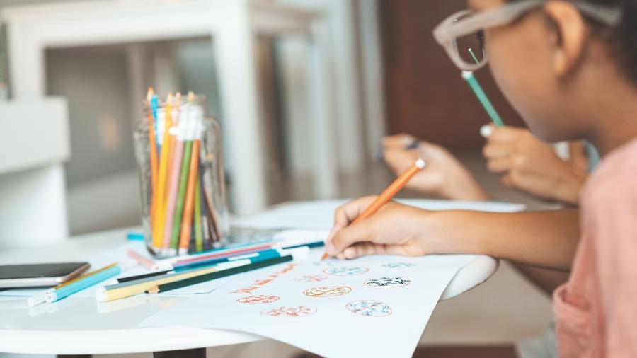 Crianças na escola; estudo dos EUA alerta para a capacidade de crianças transmitirem a covid e do risco de uma volta às aulas não planejada - iStock