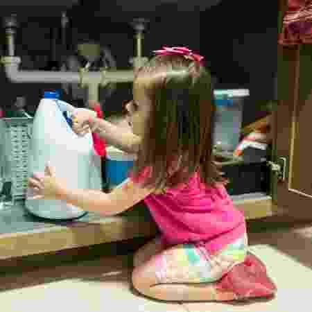 Criança mexendo na cozinha - iStock - iStock